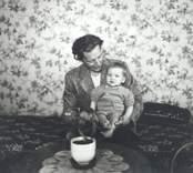 Kolgården, Blankaholm. Roy Andersson med sonen Sverre. Roy, född 1923-12-20. Sverre, född 1950-06-03.