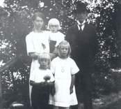 Familjen Emil Svensson, Karlsborg, Mörtfors. Elsa Svensson, född Johansson med sonen Bertil på armen samt maken Emil Svensson. Stående framför Karl-Elon och Lilly.