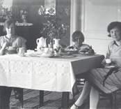 Kring kaffebordet.  Fr.v.: Ebba Johansson gift med lantbrukaren John Johansson, Riskebo, dottern Greta och längst till höger Ebbas syster Gerda, g. Fransson.