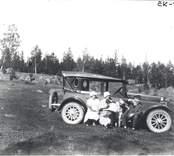 Doktor Sam Svensson med familj på utflykt i det gröna.  Från höger doktor Sam Svensson, hans dotter Gunnel och hans maka Ester. Damen längst till vänster okänd.  Doktor Sam Svensson tjänstgjorde som provinsialläkare i Mörtfors under 1920-talet.