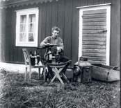 Elofs Karlsson (Emils bror) väger upp kemikalier till framkallning och fix.