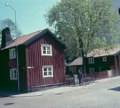 Vy från Västra kyrkogatan i Västervik med Sankta Gertruds kyrka i bakgrunden.