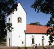 Långlöts kyrka är en kyrkobyggnad i Växjö stift. Den är församlingskyrka i Gärdslösa, Långlöt och Runstens församling.  Den ursprungliga klövsadelkyrkan tillkom i etapper under 1100-talet fram till mitten av 1200-talet. Under 1100-talet uppfördes en romansk absidkyrka som försågs med ett västtorn som byggdes i tre etapper. Den stora förändringen av kyrkan ägde rum under 1200-talets första och mittersta del. Byggmästaren Håkan Tanna som verkade på Öland och Gotland byggde om den till en försvarskyrka av klövsadeltyp. Allra först förhöjdes långhusets och korets murar. Senare slogs valv i kyrkorummet och en övervåning med skottgluggar tillkom. Kordelen byggdes om på höjden till ett östtorn. Genom denna ombyggnad blev kyrkan en klövsadelkyrka med den dubbla funktionen att vara gudstjänstrum och försvarsanläggning.  Nästa genomgripande ombyggnad genomfördes 1795-96 av Henrik Wermelin då kyrkan fick sitt nuvarande utseende. Västtornen med sina romanska ljudöppningar och sitt medeltida krön bevarades medan övriga delar av kyrkan med sina valv och sitt östtorn raserades. Till det kvarvarande västtornet fogades ett långhus med rakslutande kor av salkyrkotyp med höga fönster och trätunnvalv enligt tidens moderiktning. Sakristian byggdes 1855.  (Uppgifterna är hämtade från Wikipedia)