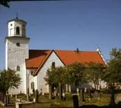 Gärdslösa kyrka är en kyrkobyggnad i Gärdslösa på Öland. Den är församlingskyrka i Gärdslösa, Långlöt och Runstens församling i Växjö stift.  Kyrkan brukar ses som Ölands bäst bevarade medeltidskyrka och var länge något av Ölands kyrkliga centrum. Prinsessan Margaretha och John Ambler gifte sig i Gärdslösa kyrka 1964. Under sommarmånaderna är kyrkan ett mycket populärt turistmål.  Kyrkan består av ett långhus, ett rakslutet kor av ungefär samma bredd i öster, två korsarmar som skjuter ut från långhusets västra del, sakristia vid korets norra sida samt ett torn i väster. Långhusets västparti och det något yngre tornet är från 1100-talet.  Kyrkan utvidgades vid mitten av 1200-talet med korsarmar med skulpterade portaler. Kryssvalven från omkring 1240 är slagna av den så kallade Gärdslösamästaren. Längre fram under 1200-talet byggdes ett nytt kor - med den originella trappgaveln - ett stycke öster om det gamla, vilket fick stå kvar tills långhuset under 1300-talets första hälft förlängdes och förenades med det nya koret. Något senare tillkom sakristian.  Förändringar som påverkat kyrkans yttre, som det nu ter sig, inskränker sig därefter i stort sett till upptagandet av rundbågiga fönsteröppningar och uppförandet av tornlanterninen 1845, fritt efter de uppgjorda ritningarna. Murarna är sedan 1957-58 års renovering slammade och vitkalkade, med undantag för norra korsarmen, vars färgskiftande murverk är blottat. Även interiören - med kalkmålningar från 1200-talet och senmedeltid på väggar och valv och skulpterade kolonnkapitäl och konsoler - är mycket välbevarad i sitt medeltida skick. Bland de eftermedeltida tillskotten interiört märks, vid sidan av inredning från 1600- och 1700-tal, korets kalkmålningar från 1642. Kyrkorummet domineras av den altaruppsats som, inspirerad av uppsatsen i Kalmar domkyrka, tillkom 1764-1766.  (Uppgifterna är hämtade från Wikipedia)