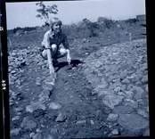 Ebba-Stina Carlsson vid en arkeologisk undersökning.