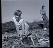 Margareta Beskow vid utgrävning vid Skedemosse.