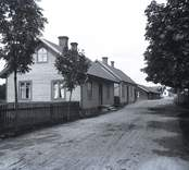 Flygsfors ligger 2 km öster om Orrefors, 3 km väster om Gadderås och 16 km norr om Nybro. Den är framför allt känd för sitt glasbruk som var i drift 1888-1979. Under brukets historia framställdes bland annat fönsterglas, belysningsglas, servisglas, flerfärgat konstglas och pressglas.