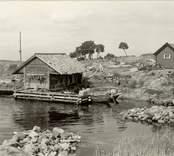 Motiv från Väderskär.  Isak Anderssons bodar i södra delen av byn.