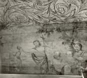 """Väggmålning i kapellet i Väderskär, vid koret, med motiv av Jesu dop. Byggt 1590 och flyttat till platsen 1615.  """"Kapellet är ett lågt timmerhus med ett stort vapenhus med dörr i väster. Det är knuttumrat med inklädda knutar, klätt med stående panel troligen på 1700-talet. I inredningen, som är helt av trä, finns enkla rakryggade bänkar där det på flera platser finns inskurna bomärken. Altaret är ett enkelt, framtill klätt bord som även tjänar som predikstol. Väggar och tak är till största delen målade och målningarna är av två slag. En enklare typ av målning i allmogestil finns huvudsakligen i tak och gavlar. De framställer bla en Golgatascen, änglar, skepp mm och är daterade 1740. Övriga delar av kapellets innerväggar panelades förmodligen 1738 med redan förut målade brädor. Bland dessa kan bla urskiljas Kristi dop, Kristi uppståndelse mm. Numera utnyttjas kapellet till sommargudstjänster och bröllop bla. Genom länsstyrelsens beslut 1980 blev det ett byggnadsminne.""""  (hämtat från Nationalencyklopedin.)"""