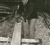 Per-Erik Nilsson hyvlar trärännor i Stensjö by.