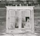 Ett spröjsat fönster på ett bostadshus i Högatorp.
