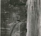 Detalj av en korsknutad byggnad i liggtimmer.