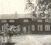 Påbyggd parstuga. De låga fönstren på andra våningen tyder på att denna är sekundär; att stugan ursprungligen varit envånings. Huset har tidigare fungerat som gästgiveri.