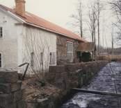 Hammarsmedjan före renovering.  Överum grundades 1655 av Hubert de Besche (1601-1669) och Henrik de Trij (1624-1709) för tillverkning av kanoner och kanonkulor. Sin nuvarande inriktning fick företaget kring 1850.  År 1972 blev Electroluxkoncernen brukets ägare. Detta varade till 1998 då den danska jordbruksmaskinskoncernen Kongskilde Industries A/S övertog Överum. År 1998 var omsättningen drygt 200 miljoner kronor och antalet anställda 225.  Källa: Nationalencyklopedin.
