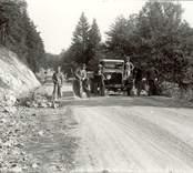 Arbete pågår med att bygga en väg någonstans i Hjorted.
