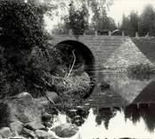 Bron är belägen vid Botorps ström,, byggd 1901,  öster om E22. I dag syns bara vägbanken på grund av sjöreglering 1933.