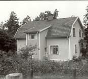 Cecilia poserar utanför sitt hus i Mörtfors.