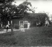 En familj avporträtterad någonstans i Hjorteds socken.