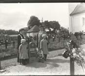 Familj vid Lotten Johanssons gravsten på kyrkogården vid Hjorteds kyrka.