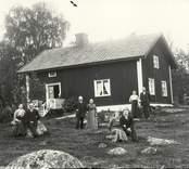 Familjen  Andersson framför huset.