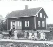 Familjen Petersson framför huset 1916.