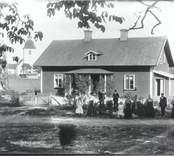 Grupporträtt av C Johanssons familj utanför prästgården i Hjorted 1911.