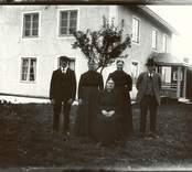 Gunnar med sin  familj utanför sitt hem i Getterum, Hjorteds socken.
