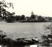 Hjorteds kyrka med sjön Hjorten i förgrunden.