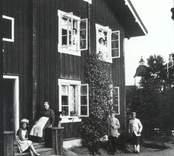 I sjukhemsparken fanns, bostad för vaktmästare och annan personal.. Den är nu ombyggd och används (1999) av Hemtjänsten.