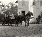 Kamrer Östberg med fru och dotter sittandes på en landå i Sundsnäs.
