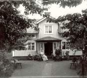 Landholms utanför sitt hem i Östralund, Hjorteds socken.