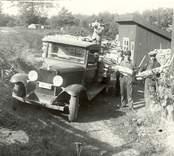 Sigurd Andersson och medhjälpare lastar ved i Solstaström 1931.