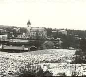 Vy över Hjorted med kyrkan i bakgrunden.