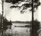 Vy över sjön Hjorten. I bakgrunden skymtas Hjorteds kyrka.