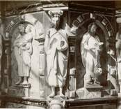 Detalj av den snidade predikstolen med apostlarna i Lofta kyrka.