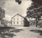 Herrgården i Segersgärde, huvudbyggnaden. . Det är ett timmerhus, som när fotot togs var klätt med gulmålad liggande panel från 1800-talets slut. Själva huset byggdes 1844.