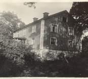 Herrgården i Utrike. som när fotot togs var gulmålad med vita foder och knutar.
