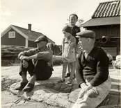Några bybor vid Väderskärs fiskeläge.