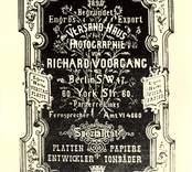 Reklamaffisch som marknadsför fotografisk material som glasplåtar, fotopapper, frammkallningsvätska m.m.