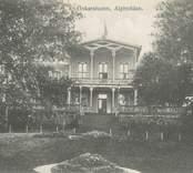 Sommarrestaurangen Alphyddan i stadsparken byggdes 1880 och erbjöd oskarshamnsborna mat och ända fram till 1976 då byggnaden brann ned till grunden.
