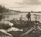 Vykort med fiskare i arbete vid Gamlebyviken.