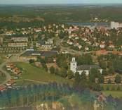 Vykort med Gamleby samhälle och kyrkan.