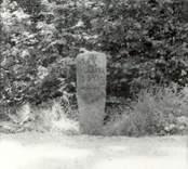 Sten på vägen mellan Tvärskog och Alsjöholm.