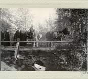 Vägsyn i Kristdala 1907,bron över prästgårdsbäcken. Godsägare Thor Engström, Lindnäs, hälsar prostinnan Meurling. F. Riksdagsman Petersson, Skurö. Valborg Meurling. Körsvennen Andersson från Figeholm.