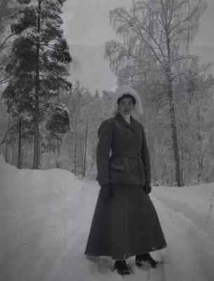 Kvinna vid Tuna gård.