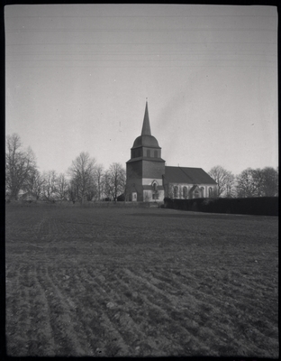 Tidigt under medeltiden uppfördes en kyrka i Tuna. Under 1600-talet byggdes kyrkan ut och genomgick flera renoveringar. År 1737 byggdes ett kyrktorn på västra sidan. År 1764 byggdes en ny sakristia.  Under 1800-talet genomgick kyrkan flera reparationer. Till slut bestämde man sig för att bygga en ny kyrka. För att minska omkostnader behöll man tornet. Nya kyrkan byggdes som ett skal som inneslöt den medeltida kyrkan som revs 1893. Här finns bland annat släkten Hammarskjölds familjegrav.