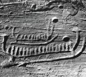 Ett av de mindre skeppen med en hög gaffelliknande figur i förstäven.