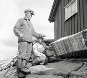 Isak Andersson och son vevar upp.