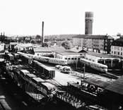 Stadsvy med järnvägsstation och vattentornet till höger i Västervik.