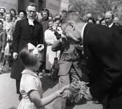 Kung Gustav VI Adolf på eriksgata vid Örsjö kyrka med komminister John Samuelsson och liten flicka.